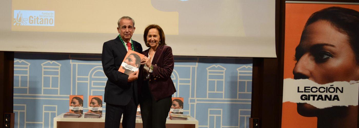 Antonio Soto, patrono de la Fundación Secretariado Gitano, hace entrega del primer ejemplar de Lección Gitana a Ana Santos Aramburo, directora de la Biblioteca Nacional de España.