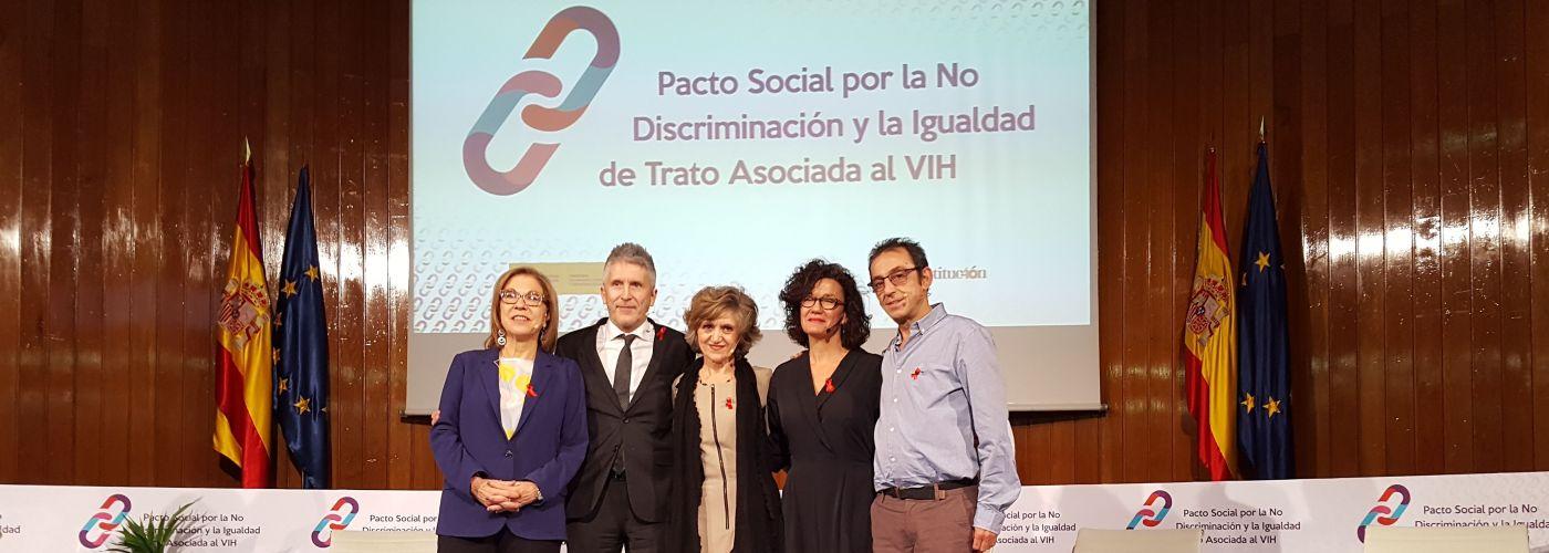 La ministra de Sanidad, Consumo y Bienestar Social y el ministro del Interior en la presentación del Pacto Social por la No Discriminación y la Igualdad de Trato Asociada al VIH