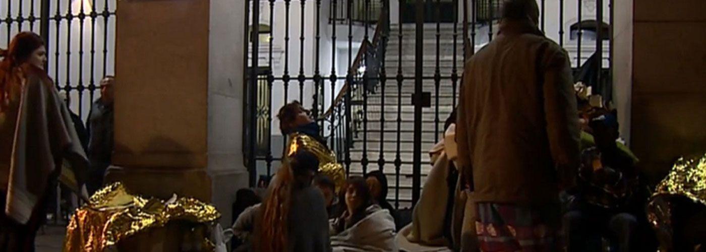 © CEAR.  Personas migrantes y refugiadas han tenido que dormir en la puerta del Samur Social de Madrid. | Foto: Vídeo TVE